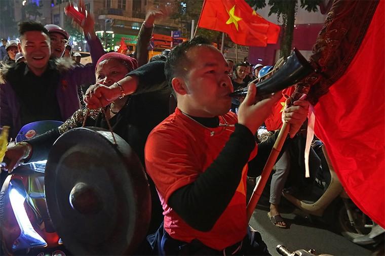 Từ bệnh viện cho đến Phố đi bộ, hàng trăm nghìn CĐV đã có một đêm 'không ngủ' với U23 Việt Nam ảnh 5