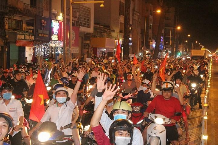 Từ bệnh viện cho đến Phố đi bộ, hàng trăm nghìn CĐV đã có một đêm 'không ngủ' với U23 Việt Nam ảnh 20