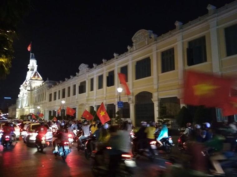 Từ bệnh viện cho đến Phố đi bộ, hàng trăm nghìn CĐV đã có một đêm 'không ngủ' với U23 Việt Nam ảnh 16