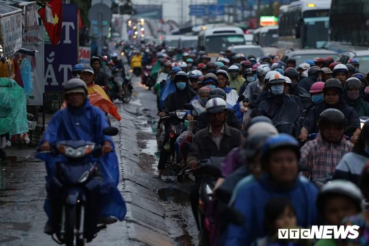 Chùm ảnh: Người dân mệt mỏi trở về Hà Nội và TP HCM sau kỳ nghỉ lễ Quốc khánh ảnh 7