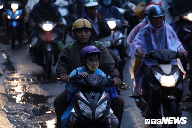 Chùm ảnh: Người dân mệt mỏi trở về Hà Nội và TP HCM sau kỳ nghỉ lễ Quốc khánh ảnh 8