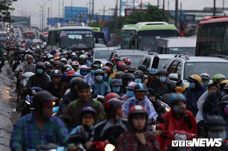 Chùm ảnh: Người dân mệt mỏi trở về Hà Nội và TP HCM sau kỳ nghỉ lễ Quốc khánh ảnh 10
