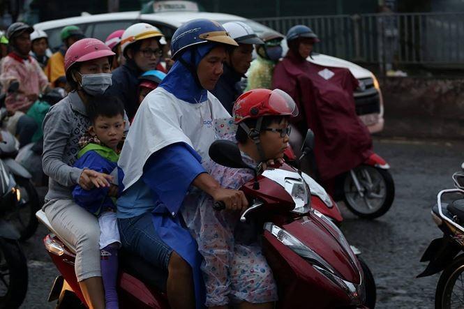 Chùm ảnh: Người dân mệt mỏi trở về Hà Nội và TP HCM sau kỳ nghỉ lễ Quốc khánh ảnh 11