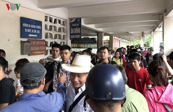 Chùm ảnh: Người dân mệt mỏi trở về Hà Nội và TP HCM sau kỳ nghỉ lễ Quốc khánh ảnh 1