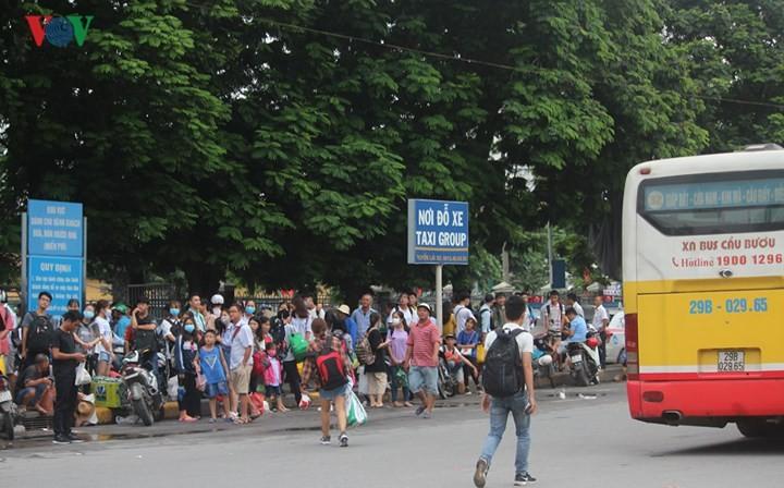 Chùm ảnh: Người dân mệt mỏi trở về Hà Nội và TP HCM sau kỳ nghỉ lễ Quốc khánh ảnh 2
