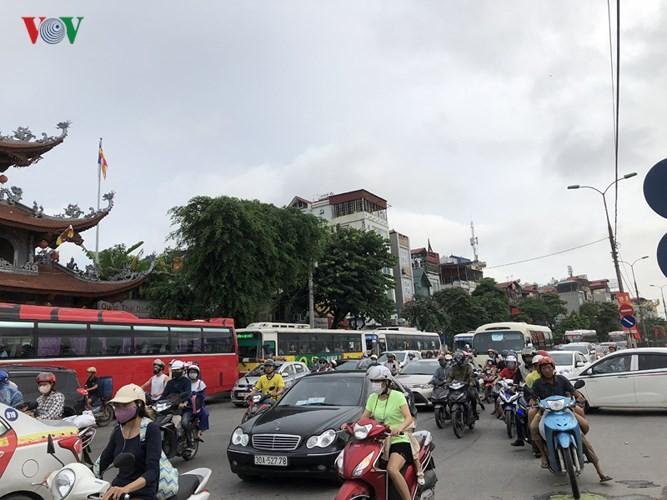 Chùm ảnh: Người dân mệt mỏi trở về Hà Nội và TP HCM sau kỳ nghỉ lễ Quốc khánh ảnh 3