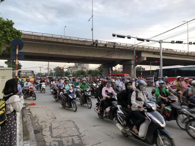 Chùm ảnh: Người dân mệt mỏi trở về Hà Nội và TP HCM sau kỳ nghỉ lễ Quốc khánh ảnh 4