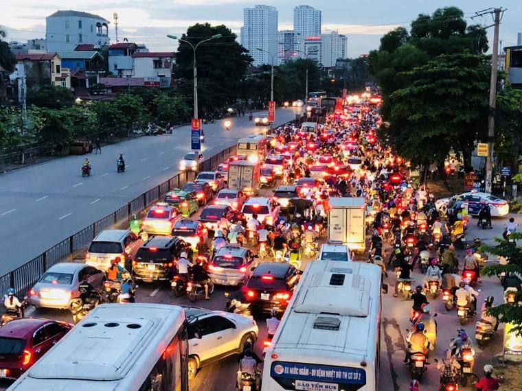 Chùm ảnh: Người dân mệt mỏi trở về Hà Nội và TP HCM sau kỳ nghỉ lễ Quốc khánh ảnh 5
