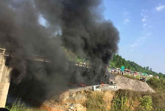 Va chạm với xe con, xe bồn chở xăng cháy đen trên cao tốc Nội Bài-Lào Cai ảnh 1