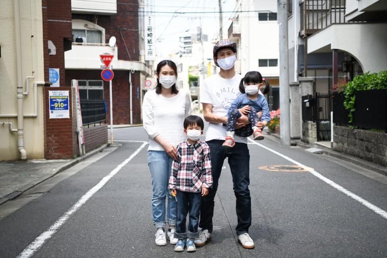 Bị 'mắc kẹt' ở nhà, đàn ông Nhật học cách giúp đỡ vợ ảnh 1