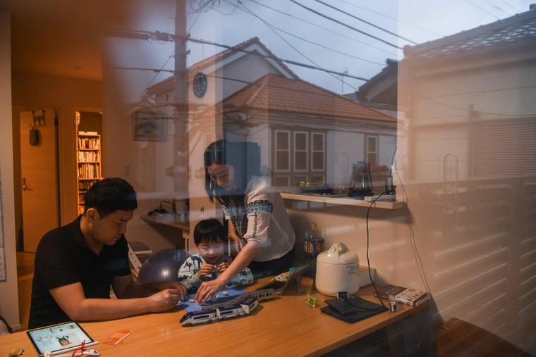 Bị 'mắc kẹt' ở nhà, đàn ông Nhật học cách giúp đỡ vợ ảnh 2