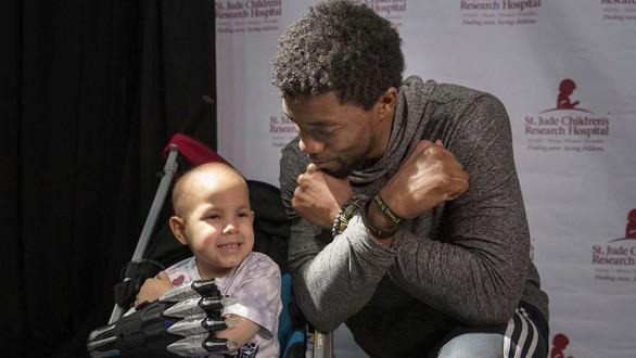 Fan nhí tổ chức lễ tưởng niệm cho 'người hùng' Chadwick Boseman ảnh 1