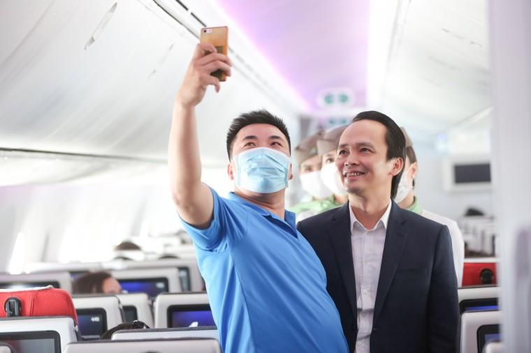 Chủ tịch Bamboo Airways xuất hiện trên khoang tặng quà hành khách trước thềm Quốc khánh 2/9 ảnh 1