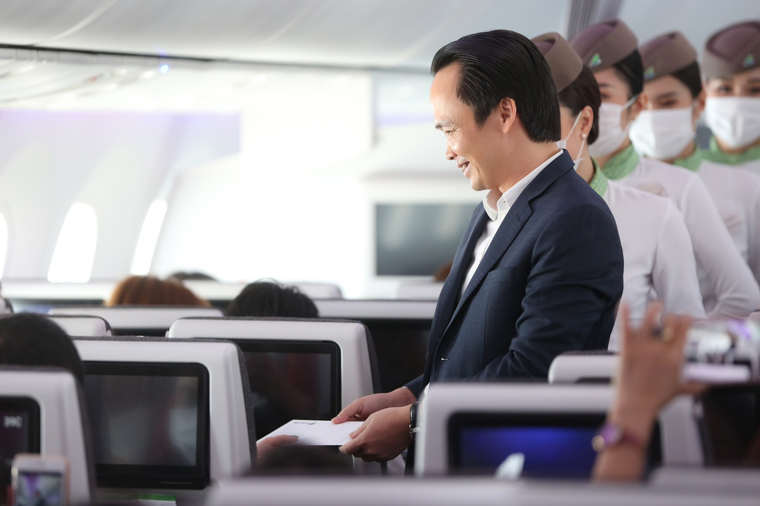 Chủ tịch Bamboo Airways xuất hiện trên khoang tặng quà hành khách trước thềm Quốc khánh 2/9 ảnh 2