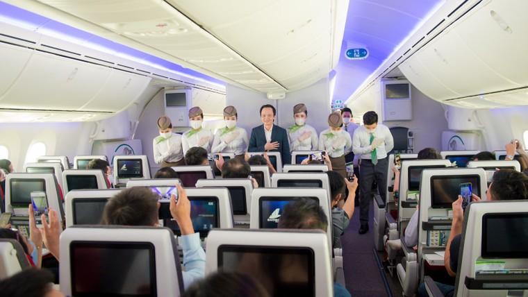 Chủ tịch Bamboo Airways xuất hiện trên khoang tặng quà hành khách trước thềm Quốc khánh 2/9 ảnh 6