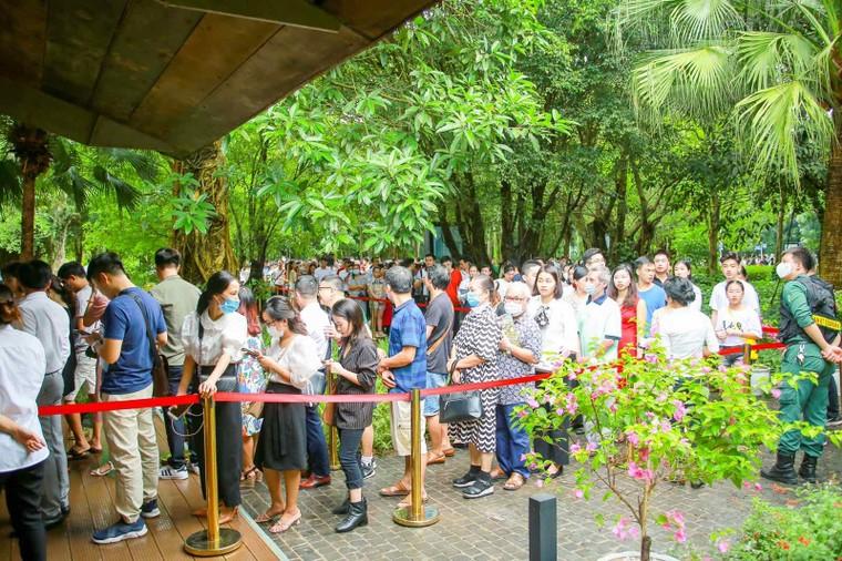 Khách xếp hàng cả cây số để xem nhà mẫu và mua nhà tại Ecopark ảnh 2