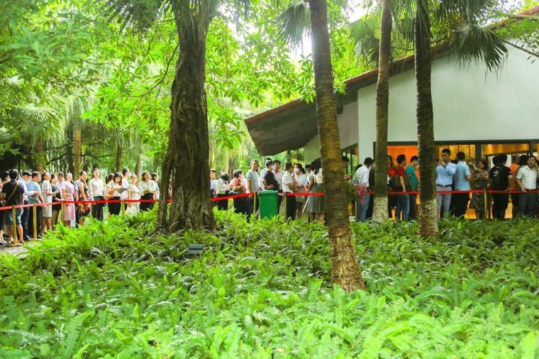 Khách xếp hàng cả cây số để xem nhà mẫu và mua nhà tại Ecopark ảnh 6