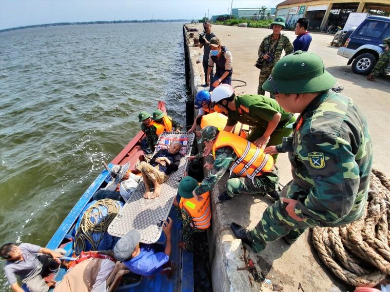 Các tỉnh miền Trung khẩn trương chống bão số 13 ảnh 3