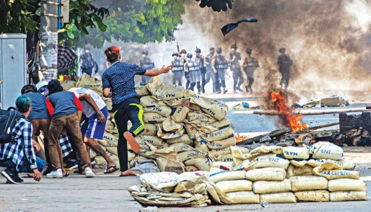 Thành phố lớn nhất Myanmar hóa bãi chiến trường ảnh 1