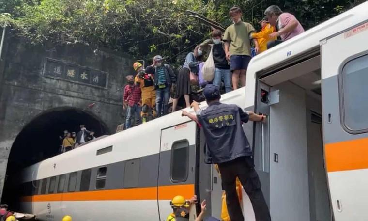 Tai nạn tàu hỏa Đài Loan: 'Tôi không dám nhìn xung quanh' ảnh 1