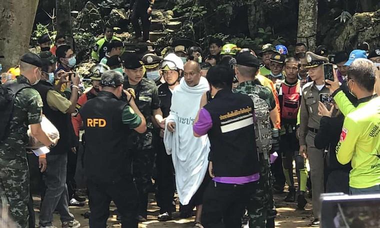 Nhà sư Thái Lan mắc kẹt trong hang ngập nước ảnh 1
