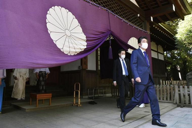 Thủ tướng Nhật Bản gửi đồ lễ tới đền Yasukuni ảnh 1