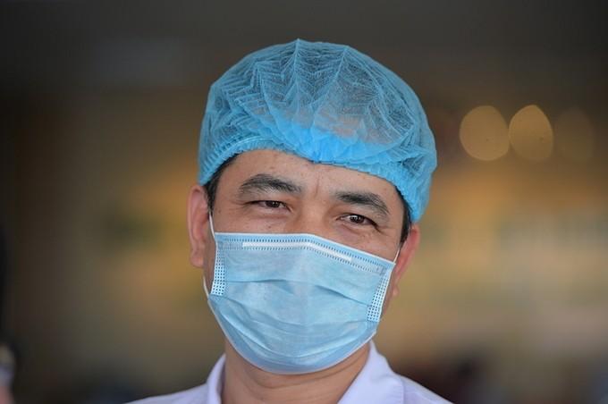 Bác sĩ bệnh viện Bệnh Nhiệt đới mặc tã giấy làm việc ảnh 1