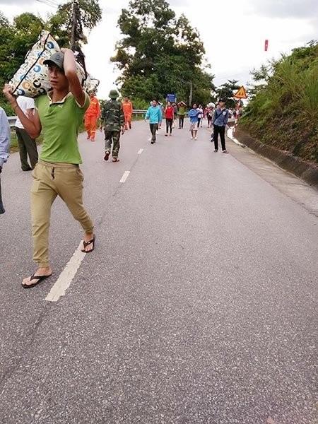 Thủy điện xả lũ gãy cầu, dân hối hả kéo nhau lên núi ảnh 4