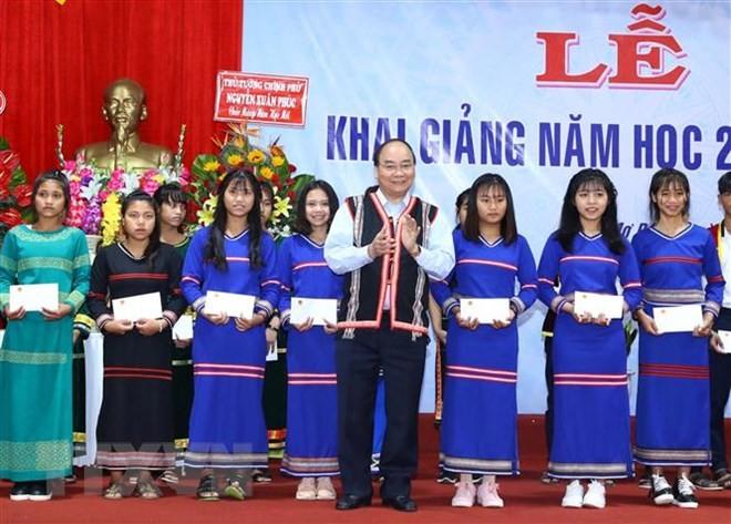 Thủ tướng đánh trống khai giảng năm học mới tại Kon Tum ảnh 1