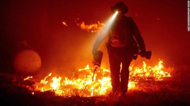 Ảnh: California chìm trong khói lửa màu cam như sao Hỏa - 4