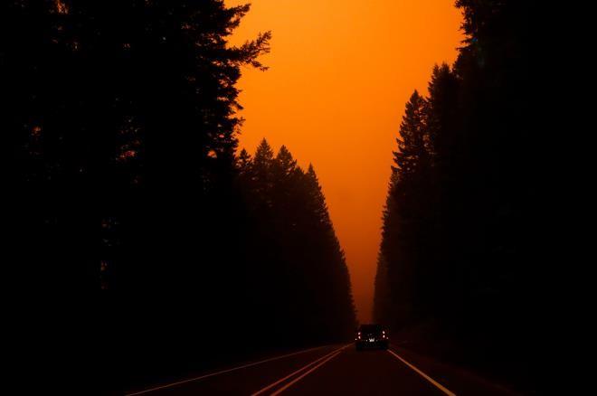 Ảnh: California chìm trong khói lửa màu cam như sao Hỏa - 1