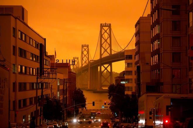 Ảnh: California chìm trong khói lửa màu cam như sao Hỏa - 2