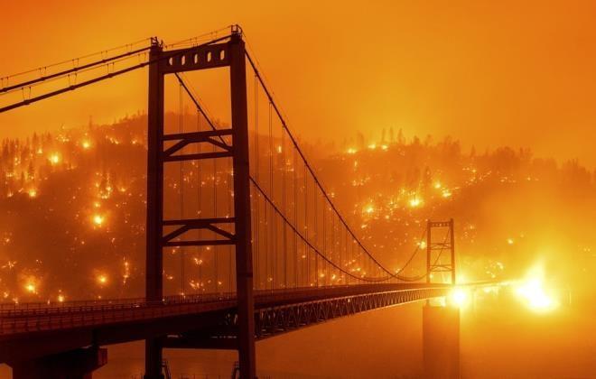 Ảnh: California chìm trong khói lửa màu cam như sao Hỏa - 9