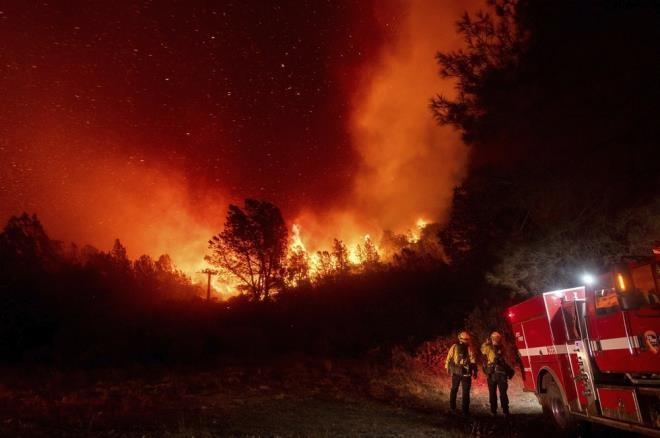 Ảnh: California chìm trong khói lửa màu cam như sao Hỏa - 6
