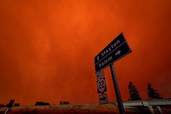 Ảnh: California chìm trong khói lửa màu cam như sao Hỏa - 5