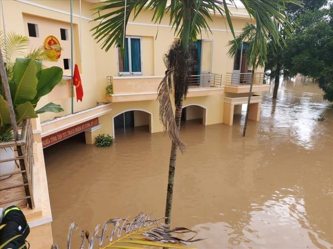 Phú Yên: Hàng nghìn ngôi nhà chìm trong biển nước sau bão số 12 - 4
