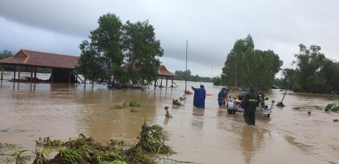 Phú Yên: Hàng nghìn ngôi nhà chìm trong biển nước sau bão số 12 - 3