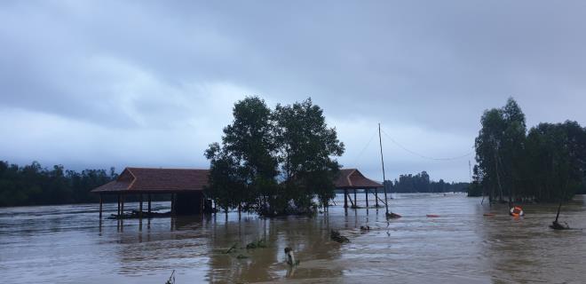 Phú Yên: Hàng nghìn ngôi nhà chìm trong biển nước sau bão số 12 - 2