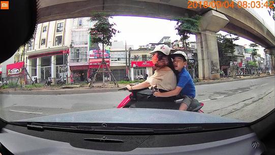 Đi ngược chiều thiếu quan sát, hai mẹ con lao thẳng vào ô tô ảnh 1