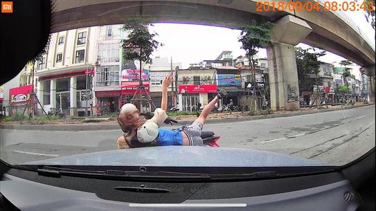 Đi ngược chiều thiếu quan sát, hai mẹ con lao thẳng vào ô tô ảnh 2
