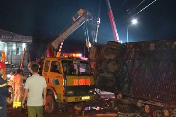 Lật xe khách trong đêm, 2 người chết 17 người bị thương ảnh 2