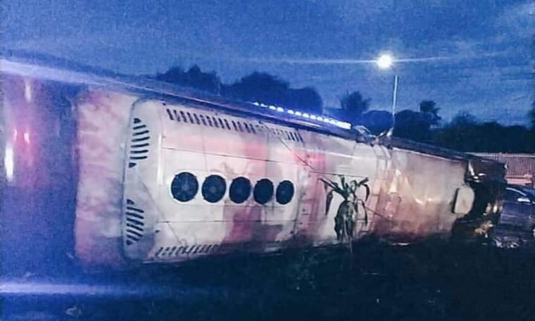 Lật xe khách trong đêm, 2 người chết 17 người bị thương ảnh 1
