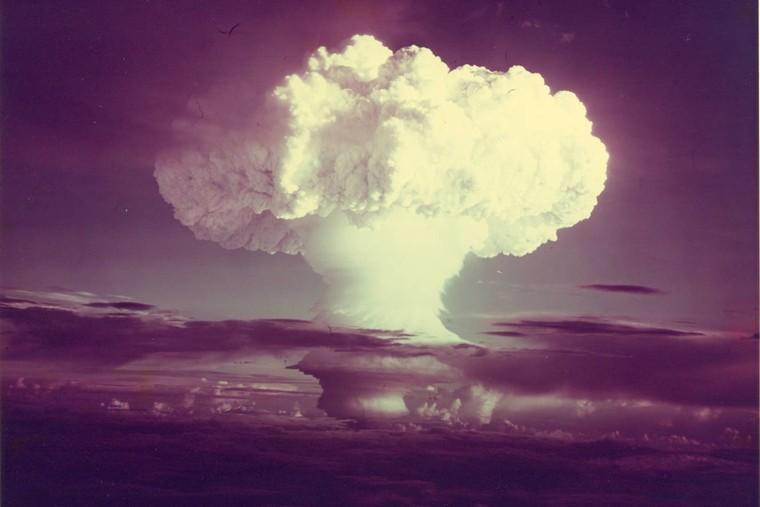 Để nitroglycerin trở nên an toàn hơn, Nobel đã trộn với...