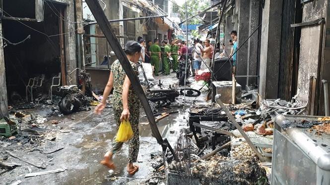 Hàng trăm bình gas mini phát nổ, thiêu rụi 6 ki ốt cùng nhiều xe máy ảnh 2