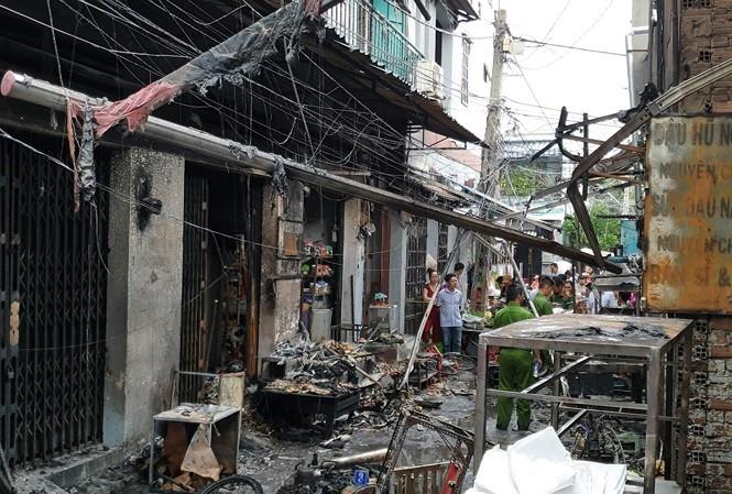 Hàng trăm bình gas mini phát nổ, thiêu rụi 6 ki ốt cùng nhiều xe máy ảnh 1