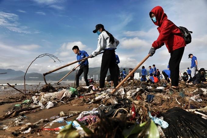 Bờ biển Quy Nhơn ngập rác sau bão số 5 ảnh 9
