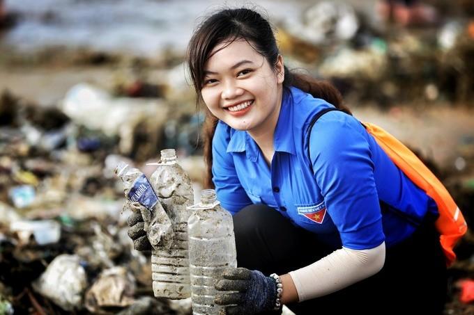 Bờ biển Quy Nhơn ngập rác sau bão số 5 ảnh 11