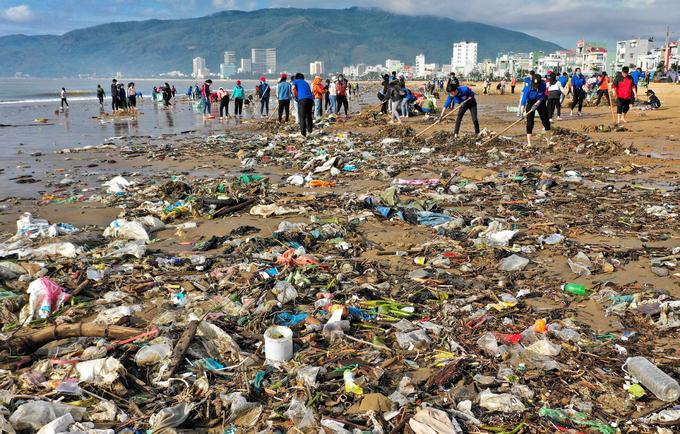 Bờ biển Quy Nhơn ngập rác sau bão số 5 ảnh 1