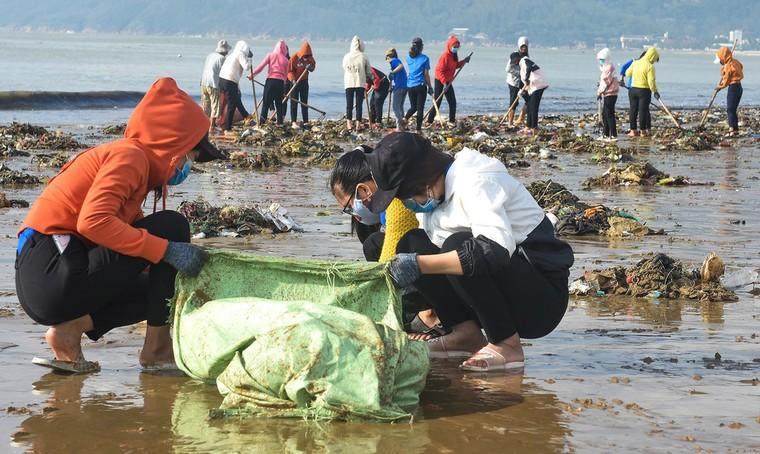 Bờ biển Quy Nhơn ngập rác sau bão số 5 ảnh 8