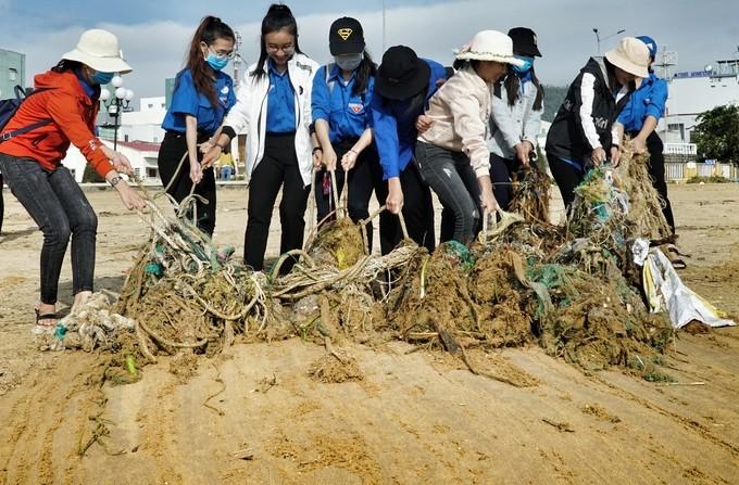Bờ biển Quy Nhơn ngập rác sau bão số 5 ảnh 10